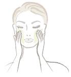 化粧水・美容液等で肌を整えた後、日焼け止めなどは先につけておきます。